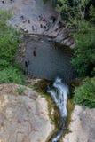 Vattenfallet faller in i sjönärbilden Arkivbilder