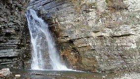 Vattenfallet flödar till och med vagga stock video