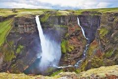 Vattenfallet flyger på svarta stenar Fotografering för Bildbyråer