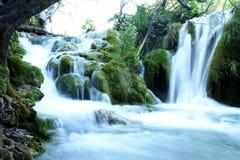 Vattenfallet från Plitivice parkerar i Kroatien arkivfoto