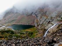 Vattenfallet från svalg sjön spiller in i påfågelpöl Royaltyfria Foton