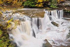 Vattenfallet grejar på liten vik Arkivbild