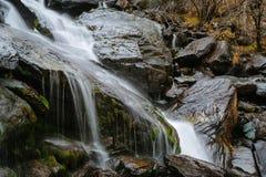 Vattenfallet i den Akkem dalen i naturliga Altai berg parkerar fotografering för bildbyråer