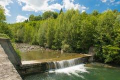 Vattenfallet i floden Royaltyfria Bilder