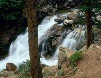 Vattenfallet längs norr Halfmoonliten vik, monterar den massiva vildmarken, Colorado Arkivfoton