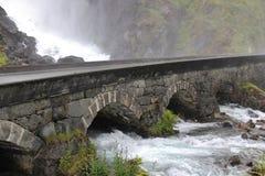 Vattenfallet Langfoss i Norge, Skandinavien, Europa Royaltyfri Foto