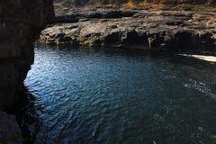 Vattenfallet med bergen i landet av Sri Lanka Arkivfoton