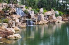 Vattenfallet och berget vaggar Arkivbild