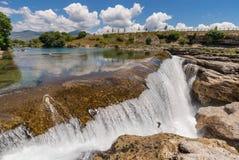 Vattenfallet och floden Cijevna i vaggar Arkivbild