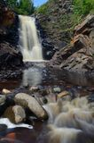 Vattenfallet och floden vaggar Royaltyfri Bild