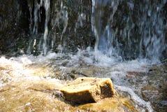 Vattenfallet och vaggar Arkivfoto