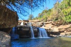 Vattenfallet på Phu badar bergen Royaltyfria Bilder