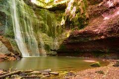 Vattenfallet på röda stenar, vaggar i träna Arkivfoton