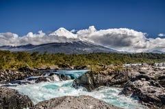 Osorno Volcan från Petrohué vattenfall Royaltyfri Bild