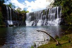 Vattenfallet vaggar igenom arkivbilder