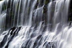 Vattenfallet vaggar igenom royaltyfria bilder
