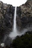 Vattenfallet vaggar ner Cliff Yosemite Park California Royaltyfri Fotografi