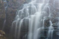 Vattenfallet vaggar sjön Arkivfoton