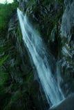 Vattenfallet vatten i vaggar royaltyfri bild