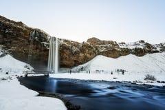 Vattenfalllandskap i vinter Seljalandsfoss vattenfall i populär gränsmärke för vinter i Island royaltyfria foton