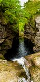 Vattenfallnedgångar av foajéer i den smala klyftan med den gamla stenbron på fjorden Ness In Scotland royaltyfri fotografi