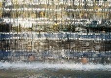 Vattenfallslutet och de ljusa remsorna färgar Arkivfoto