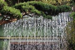 Vattenfallvägg i en kinesisk trädgård i sommar Hong Kong Royaltyfria Foton