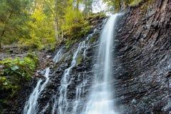 VattenfallZhenetskyi krok på den Zhenets floden nära Mykulychyn, Royaltyfri Foto