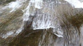Vattenflöde i den Khlong Plakang vattenfallet stock video