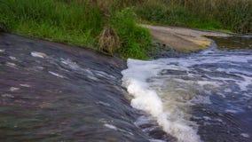 Vattenflöde i floden Arkivfoto