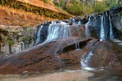 Vattenflöde i kanjonland Arkivbild