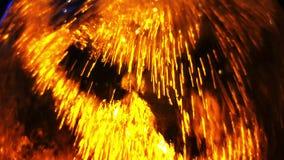 Vattenflöden över exponeringsglaset i guld- färg som en bakgrund arkivfilmer