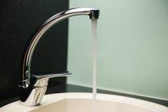 Vattenflöden in i vaskslutet upp royaltyfria foton