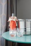 Vattenflaska och isvatten med den rostfria hinken Royaltyfria Bilder