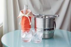 Vattenflaska och isvatten med den rostfria hinken Royaltyfri Fotografi