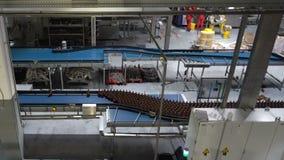 Vattenflaskor på transportören eller vatten som buteljerar maskinen arkivfilmer