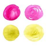 Vattenfärgdesignbeståndsdelar Den abstrakta cirkeln befläcker den isolerade samlingen i ljusa rosa färger och livliga gulingfärge Arkivbilder