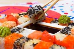 VattenFud konst Japansk sushi på en vit platta Arkivfoto