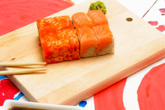 VattenFud konst Japansk sushi på en vit platta Arkivbilder