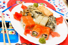 VattenFud konst Japansk sushi på en vit platta Royaltyfri Foto