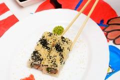 VattenFud konst Japansk sushi på en vit platta Royaltyfri Bild