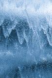 Vattengardin som ner faller på klart exponeringsglas Royaltyfri Bild