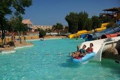 Vattenglidbana i den Aquapark semesterorten i Egipt Royaltyfria Foton