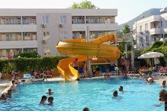 Vattenglidbana på den huvudsakliga pölen i det Kleopatra strandhotellet Alanya, Turkiet Royaltyfria Bilder