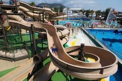 Vattenglidbanan på Illas Fantasia Barcelonas vatten parkerar Arkivfoto
