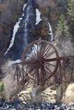 Vattenhjul och vattenfall Arkivbild