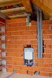 Vatteninstallation för toalett i hus royaltyfri foto