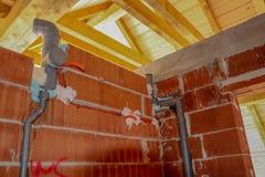 Vatteninstallation i hus royaltyfria foton