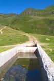 Vattenkälla på ett berg Arkivfoton