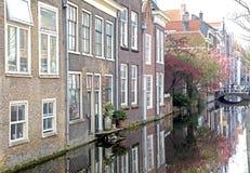 Vattenkanal i stadsdelftfajans, Nederländerna royaltyfri bild